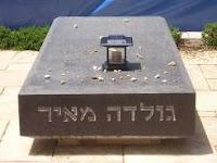 נרות זיכרון על מצבות גדולי האומה - נר נשמה סולארי על מצבת זיכרון גולדה מאיר