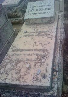 חלקת קבר מוזנחת