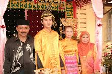 Ramlee Linggam bersama isteri dan mempelai