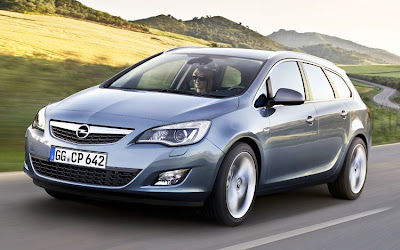 2011 Opel Astra Sports Tourer Front Action View