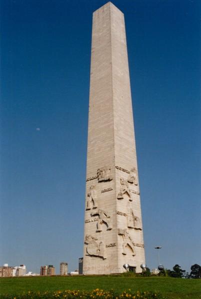 Obelisco em memória aos mortos na Guerra do Vietnã Obelisco2001out26