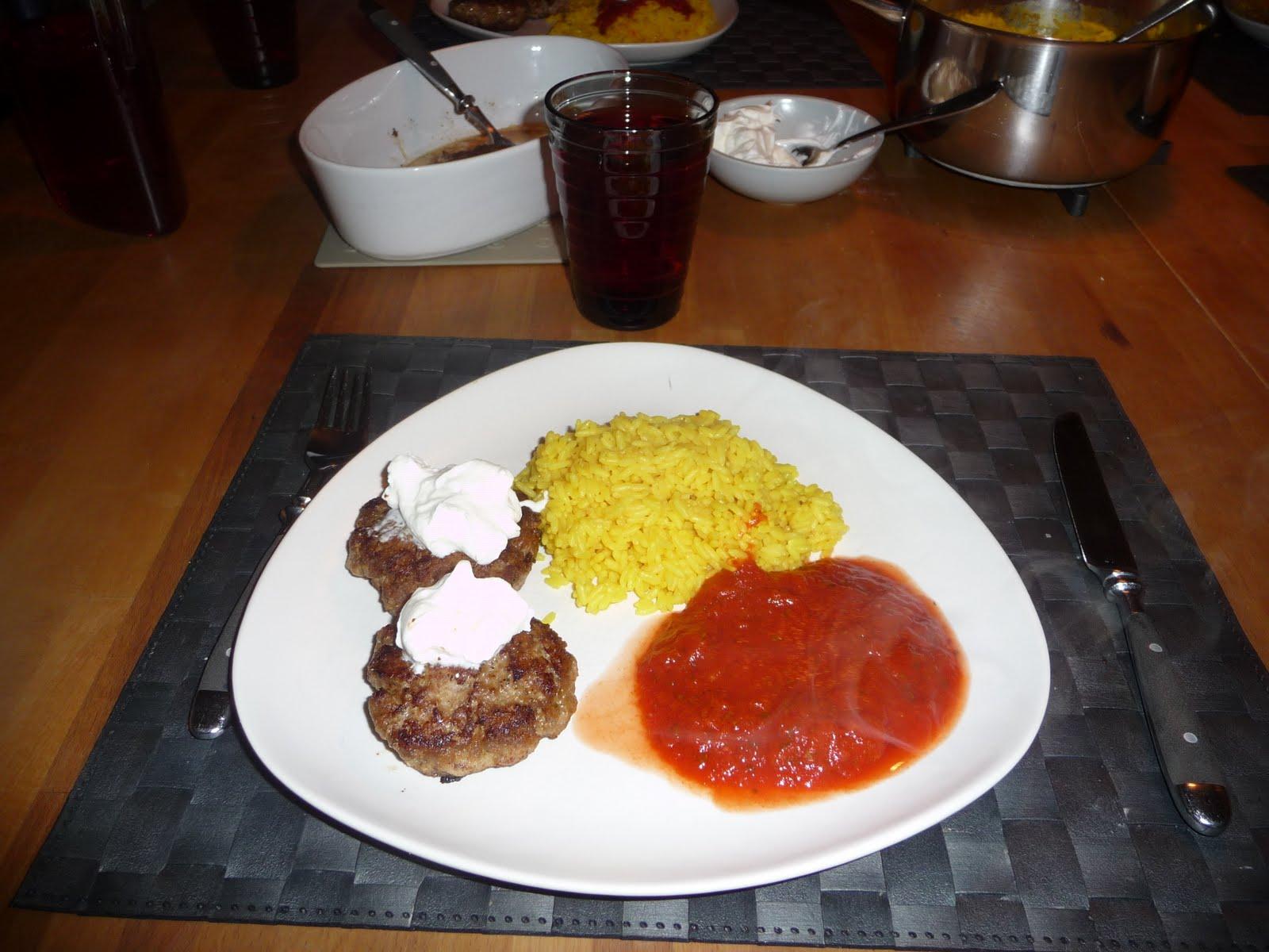 grekiska lammfärsbiffar med tomatsås