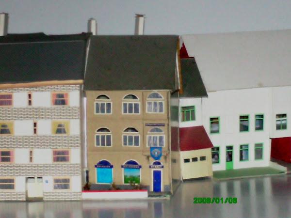 maison ouvière à façade blanche