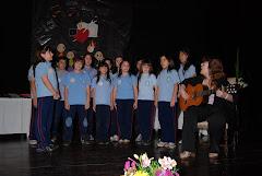 Estrenando el Himno del Colegio en el acto de egresados