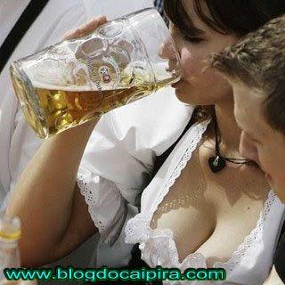 peituda tomando cerveja