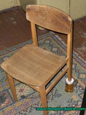 cerveja apoiando cadeira
