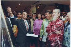 Artist with PM Abdullah Badawi( Global Peace Forum)