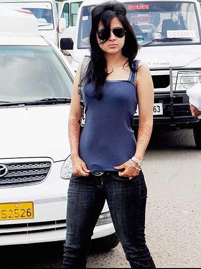 , Dhoni & Sakshi Bhabhi Spotted at Chennai Airport