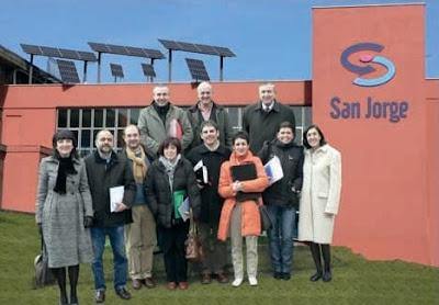 El 17 de Diciembre las Direcciones de los Berritzegunes de Bizkaia, acompañados por el Jefe Territorial de Renovación Pedagógica, Mikel Agirregabiria, celebraron una jornada de trabajo en el I.E.F.P.S. San Jorge. A la finalización, visitaron las diferentes instalaciones del Centro de Energías Renovables.