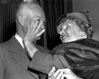 Helen Keller sees president Truman with her hand