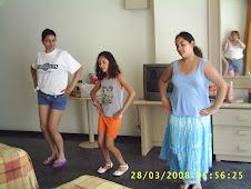 mariana con sus hijas ensayando