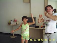 mamá e hija ensayando su cancion