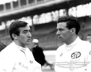 Jackie Stewart (à esquerda) conversa com Jimmy CLark