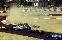 Inoue, no carro 33, escapa de um acidente na largada do GP da Sicília