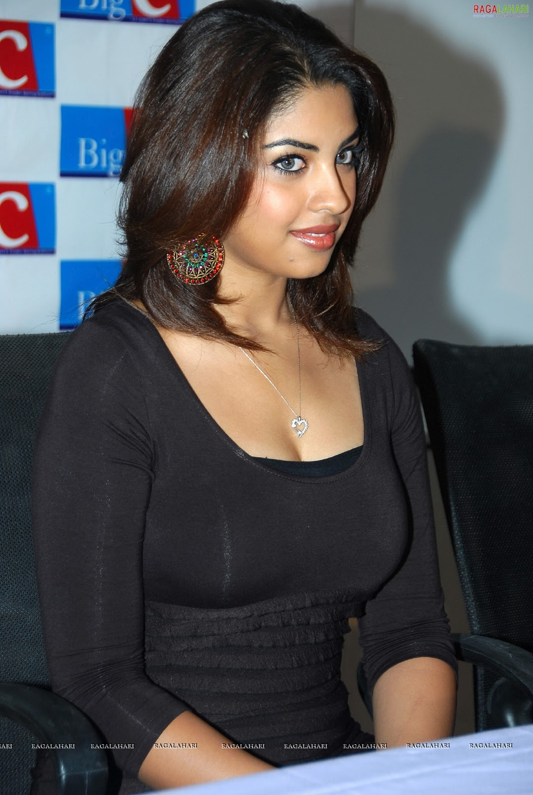 bollywood osthi richa gangopadhyay boobs nipple navel