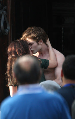Bella Swan and Edward Cullen Kissing Picture