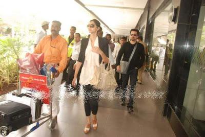 Anil kapoor and her daughter Sonam Kapoor at Mumbai airpot.