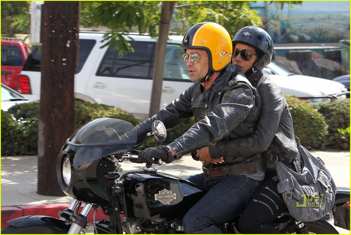 http://2.bp.blogspot.com/_JUw2aRvPUwc/TMaXlapcnnI/AAAAAAAAbo8/pw2E45fXCxw/s1600/Halle+Berry+and+Olivier+Martinez+Motorcycle+To+Brunch.jpg