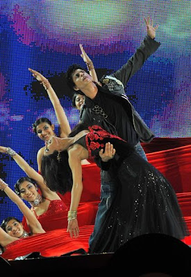 More pictures of Srk and Priyanka Chopra performing at New Age Friendship Concert