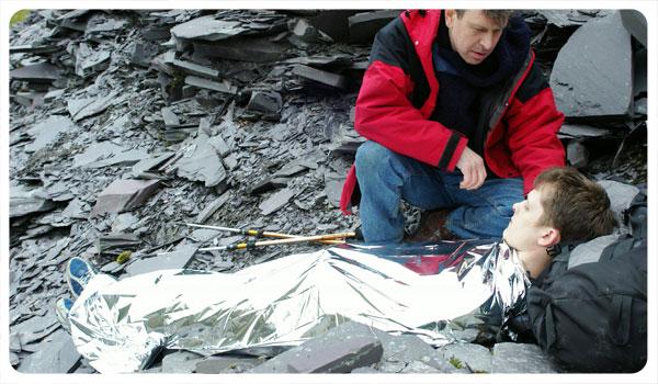 E.B.S. La manta isotérmica de supervivencia. Blizzard-foil-blanket-use