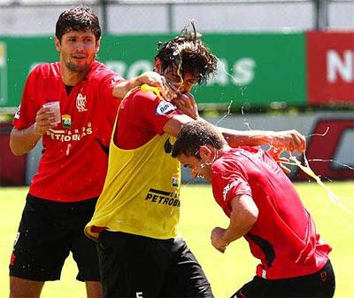 Rodrigo Arroz leva ovada por seu aniversário em treino do Flamengo