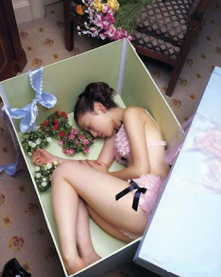 девушка в коробке