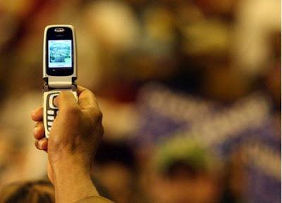 топ 5, человек снимает на камеру мобильного телефона