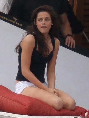 Kristen Stewart sexy bra cleavage Breaking Dawn Brazil