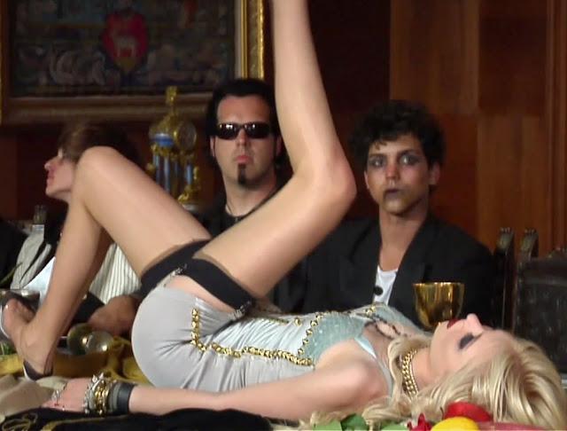 Taylor Momsen spread legs upskirt