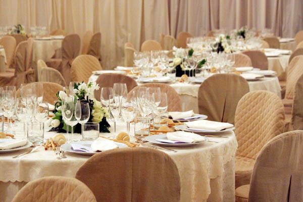 Come apparecchiare la tavola con gusto evento formale e informale - Tavola apparecchiata per amici ...