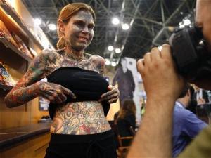 ... Guinness World Record sebagai perempuan paling penuh tato sejagat