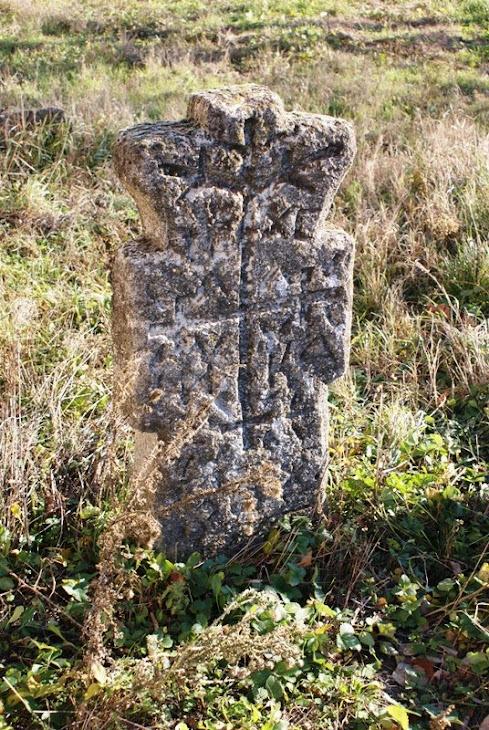 Monument istoric din curtea biserici din satul Poroinita