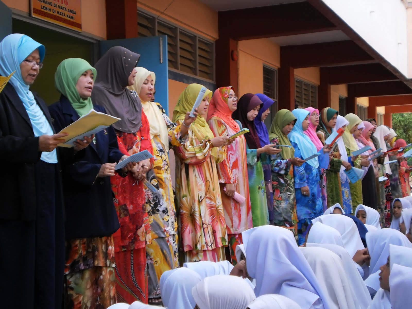 Guru-Guru perempuan sama-sama turut menyanyi sempena Hari Guru 2010