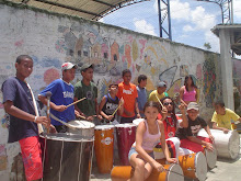 A juventude percuti com solidariedade e diversidade cultural.