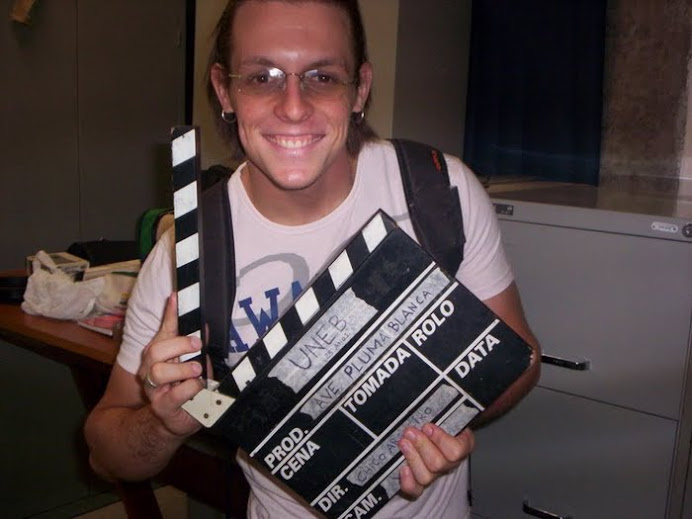 o ator RAFAEL MEDRADO que foi aluno da CAP Escola de TV fazendo uma visita ao set de gravação