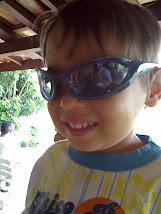 Com os óculos do papai