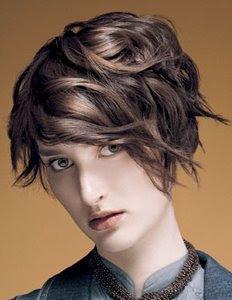 къса кестенява коса с обем на едната страна