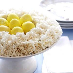 Украса за великден - фруктиера с яйца и карамфили