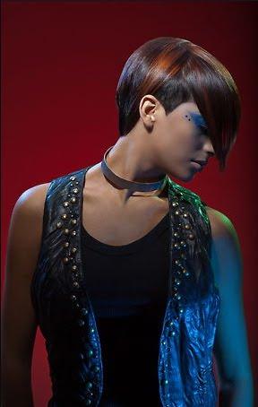 Черна коса с яркочервени кичури