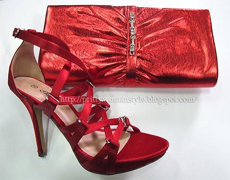 червени сандали и чанта