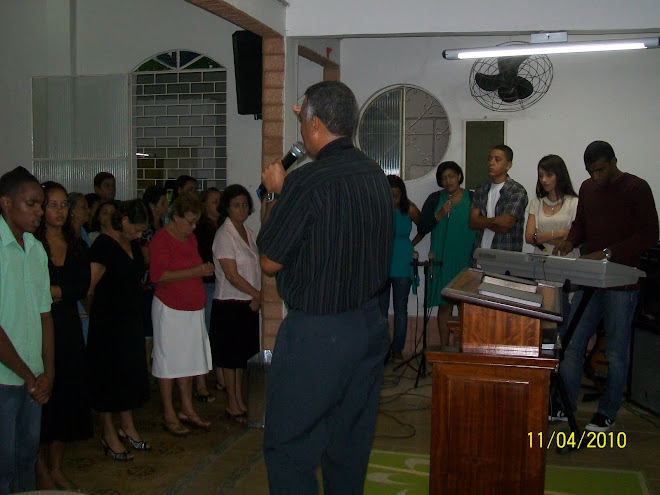 Pr. Paulo orando na IEQ de Paciência