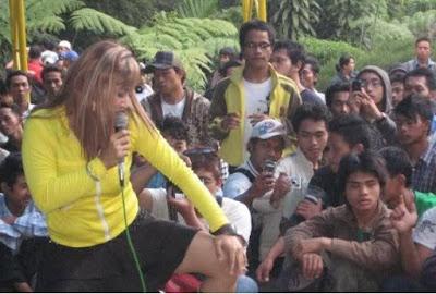 Foto Aksi Gila Penyanyi Dangdut [ www.BlogApaAja.com ]