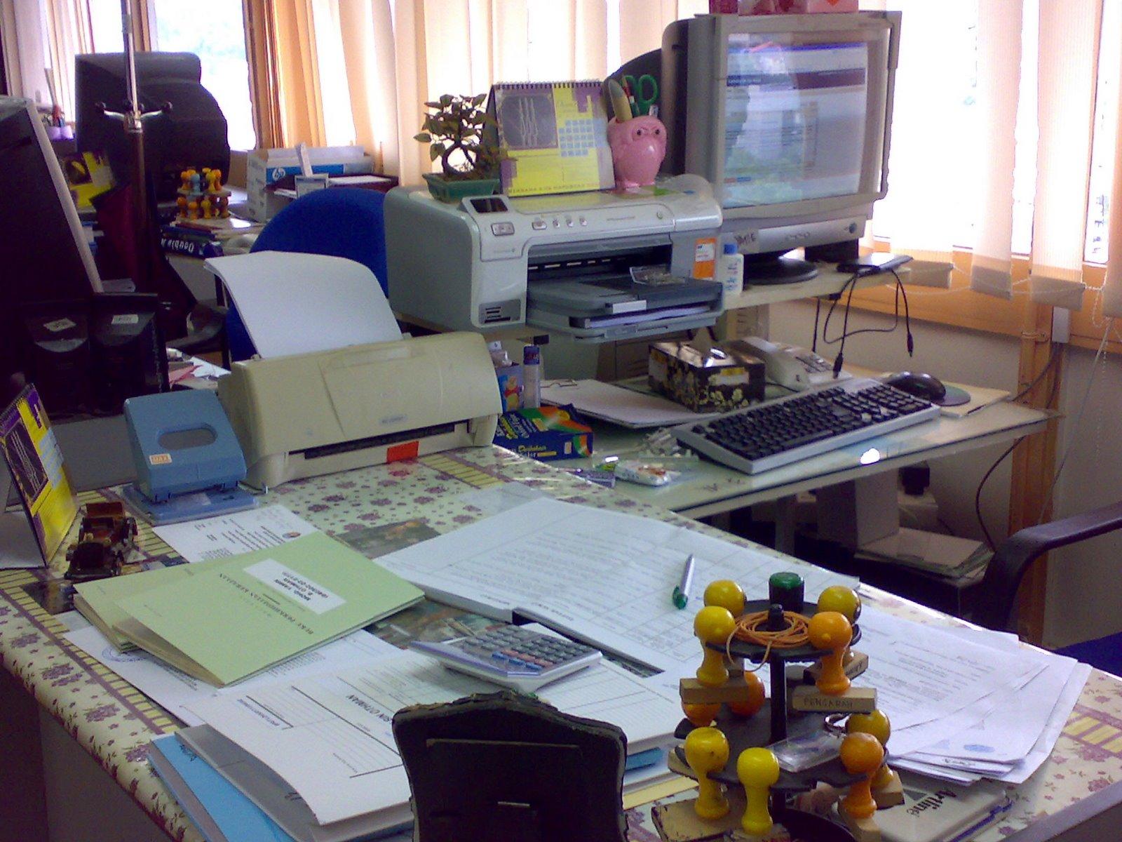 [Meja+aku+hu..hu.jpg]