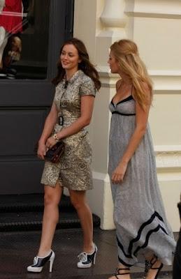 стиль Блер и стиль Серена, прогулка, длинное серое платье, спортивные туфли