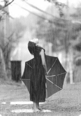 imagen de ella en la lluvia