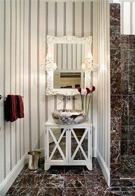 Peque os ba os especiales unique little bathrooms for Muebles pintados a rayas