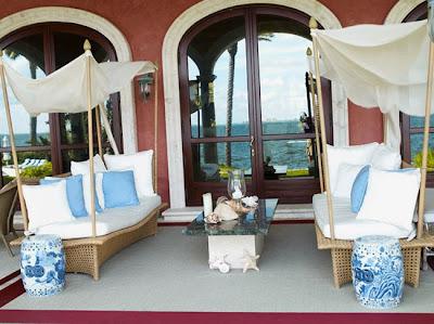 Porche de Ceni Terraza+o+porche+con+sof%C3%A1s+de+mimbre+y+almohadones+blancos+y+azul