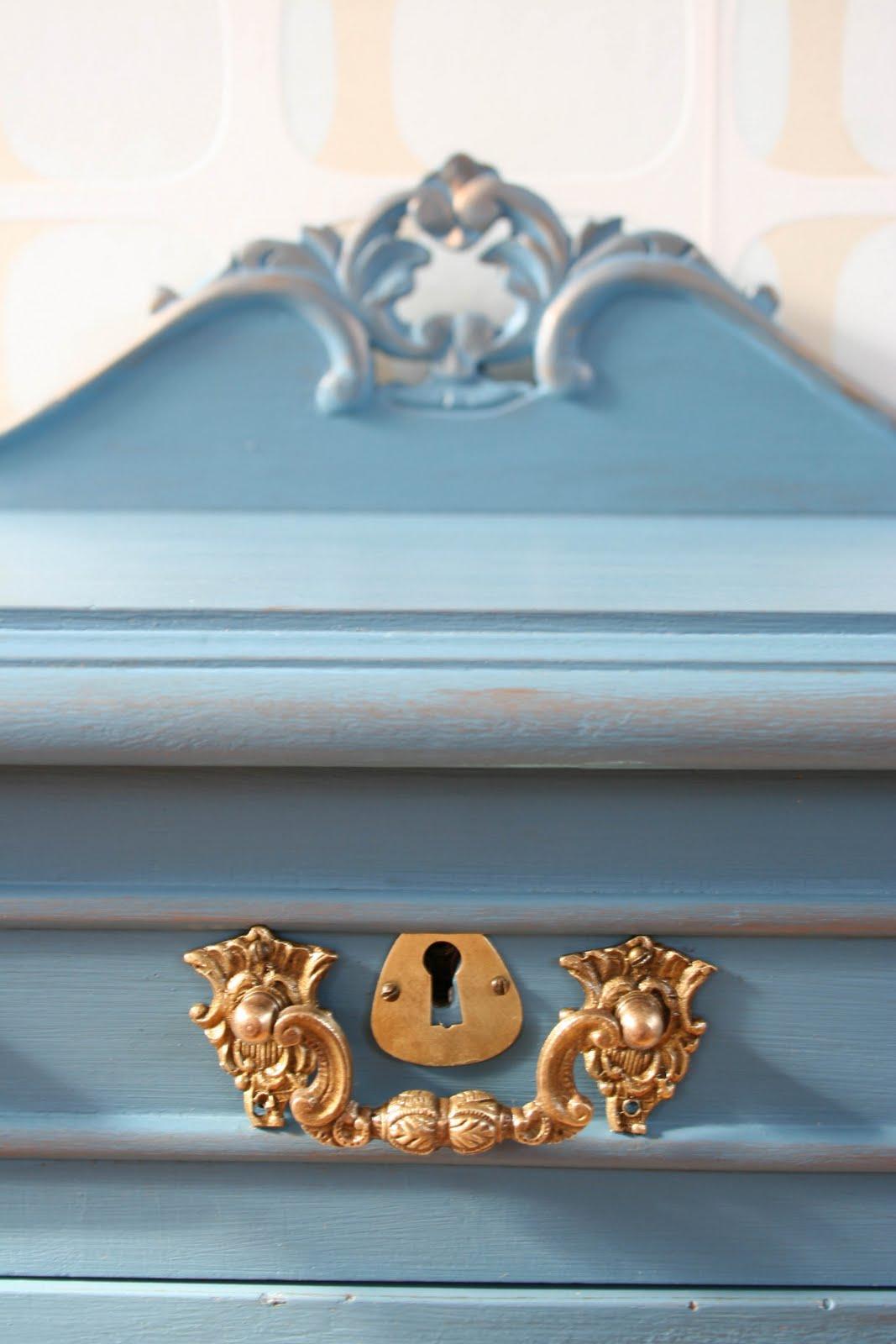 http://2.bp.blogspot.com/_KGaQn18jqjI/THAxCfu6fXI/AAAAAAAAWNg/zXROlaNmPFs/s1600/mesita+vintage+casta%C3%B1o+pintada++azul+2.jpg
