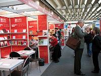 Типичная обстановка во время проведения книжной выставки. Разве что народу обычно больше