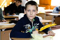 Как интересно видеть в руках у ребенка 21 века почти что гусиное перо! © Фото Р. Андриюка